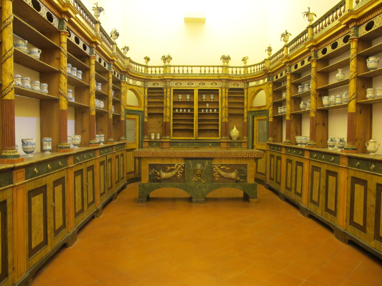 Мебель из местной аптеки XIV в.